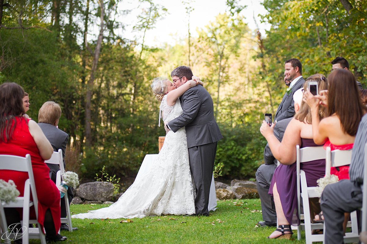 amazing first kiss between bride and groom